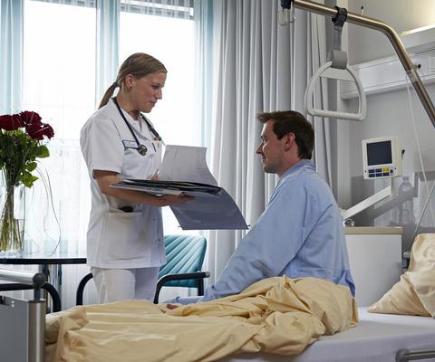Pflegefachkraft im Gespräch mit Patient