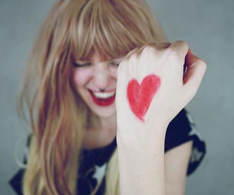 Junge Frau mit Herz