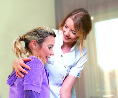 Pflegefachkraft in Kontakt mit Patientin